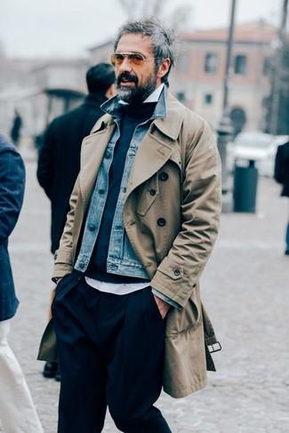 Как и с чем носить: светло-коричневый плащ, синяя джинсовая куртка, темно-синий свитер с круглым вырезом, белая рубашка с длинным рукавом