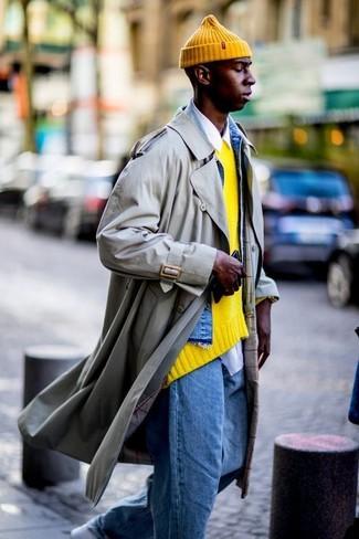 Как и с чем носить: бежевый плащ, синяя джинсовая куртка, желтый свитер с круглым вырезом, белая рубашка с длинным рукавом
