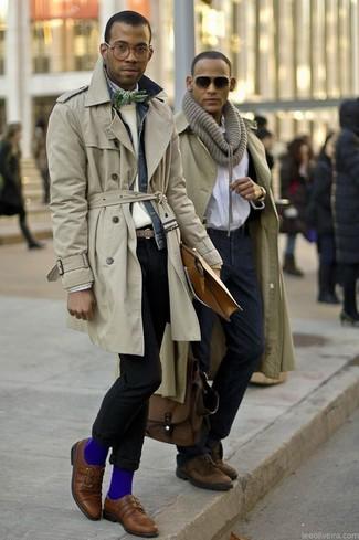 Модный лук: бежевый плащ, темно-синяя джинсовая куртка, бежевый свитер с круглым вырезом, белая рубашка с длинным рукавом в шотландскую клетку