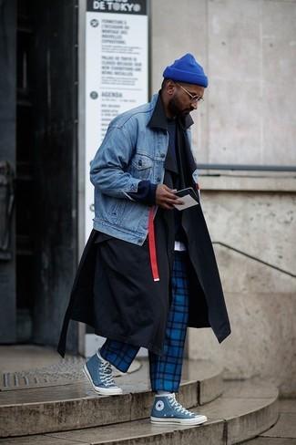 Как и с чем носить: черный плащ, синяя джинсовая куртка, темно-синий свитшот, белая футболка с круглым вырезом