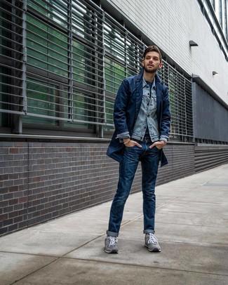 Как и с чем носить: темно-синий плащ, голубая джинсовая куртка, темно-синяя футболка с круглым вырезом, темно-синие джинсы