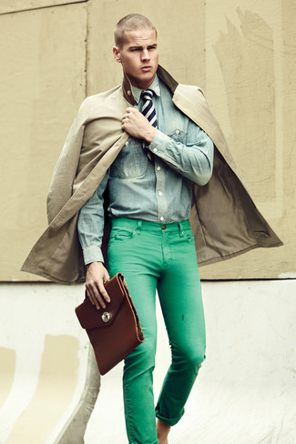 Как и с чем носить: светло-коричневый плащ, голубая джинсовая рубашка, зеленые джинсы, темно-коричневый кожаный портфель