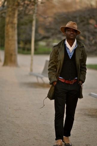 Как и с чем носить: оливковый плащ, темно-коричневый жилет, синяя джинсовая рубашка, черные брюки чинос