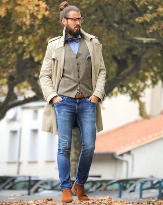 Как и с чем носить: бежевый плащ, светло-коричневый жилет, голубая классическая рубашка, синие зауженные джинсы