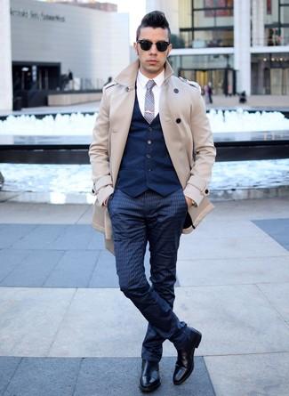 Модный лук: бежевый плащ, темно-синий жилет, белая классическая рубашка, темно-синие классические брюки