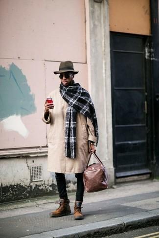 Как и с чем носить: светло-коричневый плащ, черные зауженные джинсы, табачные замшевые повседневные ботинки, коричневая кожаная дорожная сумка
