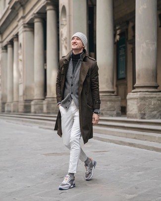 Как и с чем носить: коричневый плащ, серый кардиган, темно-серая водолазка, белые джинсы