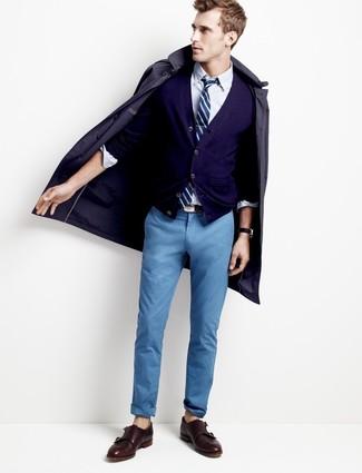 Как и с чем носить: темно-синий плащ, темно-синий кардиган, белая классическая рубашка, синие брюки чинос