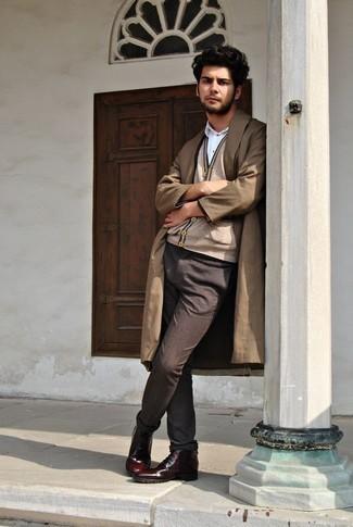 Рубашка: с чем носить и как сочетать мужчине: Сочетание рубашки и темно-коричневых брюк чинос позволит подчеркнуть твою мужественность. Толику консерватизма и мужественности луку добавит пара темно-красных кожаных повседневных ботинок.