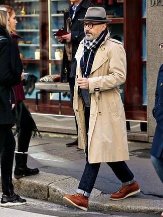 Модный лук: бежевый плащ, темно-серый кардиган с отложным воротником, темно-синие джинсы, табачные кожаные повседневные ботинки