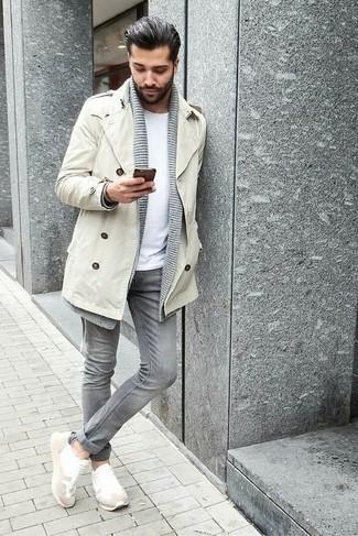 Модный лук: бежевый плащ, серый кардиган с отложным воротником, белая футболка с круглым вырезом, серые зауженные джинсы