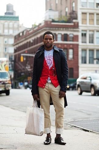 Как и с чем носить: черный плащ, красный кардиган, бело-красная футболка с круглым вырезом с принтом, светло-коричневые брюки чинос