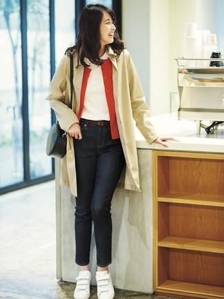 Как и с чем носить: светло-коричневый плащ, красный кардиган, белая футболка с круглым вырезом, черные джинсы