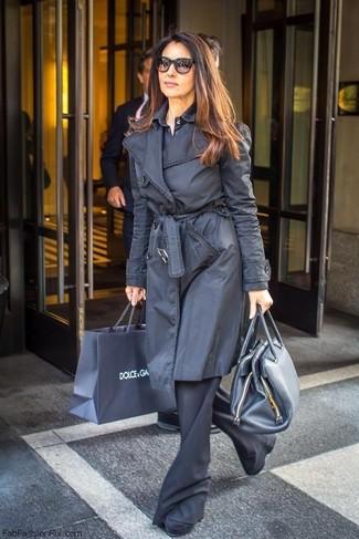 Как и с чем носить: черный плащ, темно-синяя классическая рубашка, черные брюки-клеш, черные замшевые ботильоны