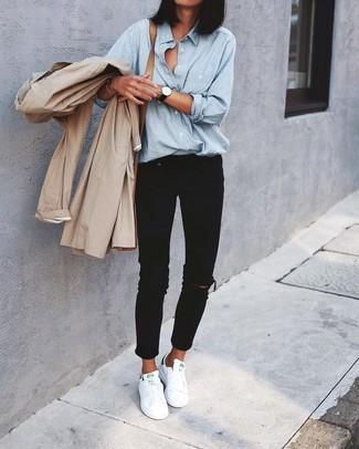 Как и с чем носить: бежевый плащ, голубая классическая рубашка из шамбре, черные рваные джинсы скинни, белые кожаные низкие кеды