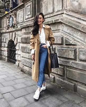 Как и с чем носить: светло-коричневый плащ, белая классическая рубашка, синие джинсы, белые низкие кеды из плотной ткани