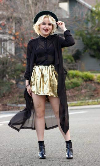 Как и с чем носить: черный льняной плащ, черная шифоновая классическая рубашка, золотая короткая юбка-солнце, черные кожаные ботильоны