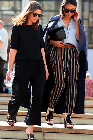 Как и с чем носить: темно-синий плащ, голубая классическая рубашка, черные пижамные штаны в вертикальную полоску, белые кожаные ботильоны с вырезом