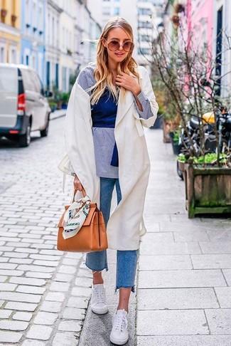 Как и с чем носить: белый легкий плащ, голубая классическая рубашка из шамбре, синий укороченный топ, синие джинсы