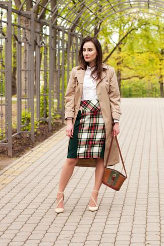 Модный лук: Светло-коричневый плащ, Белая классическая рубашка, Зелено-красная юбка-карандаш в шотландскую клетку, Бежевые кожаные туфли