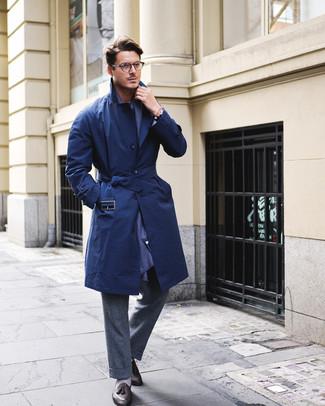 Как и с чем носить: темно-синий плащ, темно-серые шерстяные классические брюки, черные кожаные лоферы с кисточками, темно-синий шарф