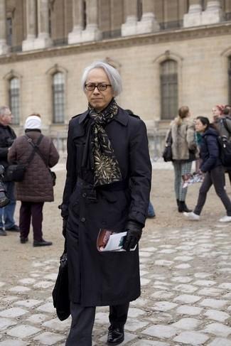 Черный плащ: с чем носить и как сочетать мужчине: Черный плащ в сочетании с черными классическими брюками в вертикальную полоску — воплощение строгого делового стиля. Вкупе с этим луком гармонично будут выглядеть черные кожаные туфли дерби.