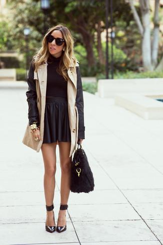 Как и с чем носить: бежевый кожаный плащ, черный короткий свитер, черная кожаная короткая юбка-солнце, черные кожаные туфли