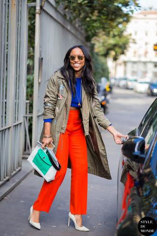 Как и с чем носить: оливковый плащ, синий короткий свитер, красные широкие брюки, белые кожаные туфли