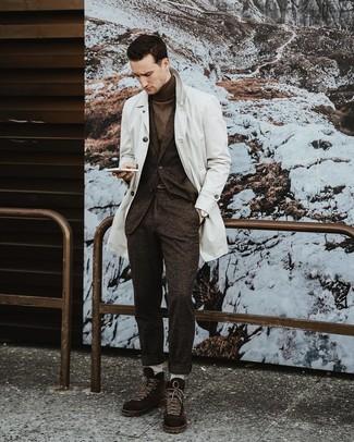 Как и с чем носить: белый плащ, темно-коричневый шерстяной костюм, темно-коричневая водолазка, темно-коричневые замшевые повседневные ботинки