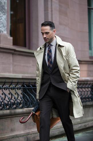 Модный лук: бежевый плащ, черный костюм, коричневая классическая рубашка в мелкую клетку, светло-коричневый кожаный портфель