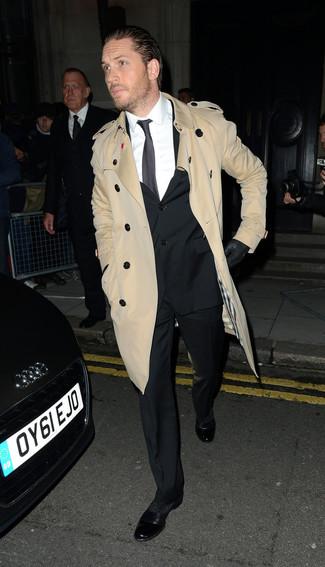 Как и с чем носить: светло-коричневый плащ, черный костюм, белая классическая рубашка, черные кожаные оксфорды