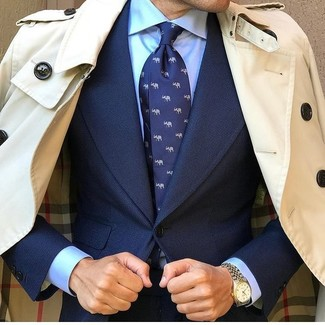 Модный лук: бежевый плащ, темно-синий костюм, голубая классическая рубашка, темно-синий галстук с принтом