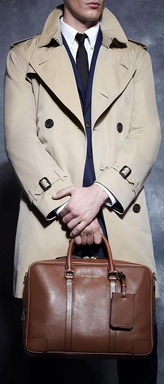 Модный лук: бежевый плащ, темно-синий костюм, белая классическая рубашка, коричневая кожаная дорожная сумка