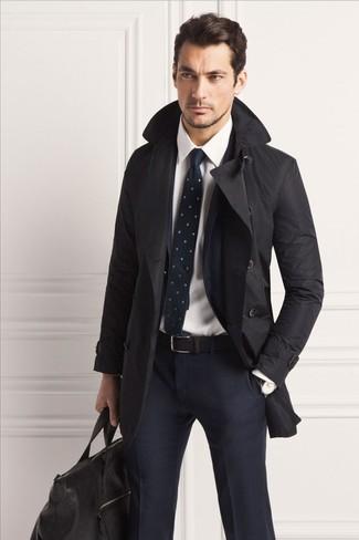 Как и с чем носить: черный плащ, темно-синий костюм в клетку, белая классическая рубашка, черная кожаная дорожная сумка