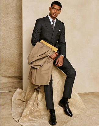Как и с чем носить: светло-коричневый плащ, темно-серый шерстяной костюм, белая классическая рубашка, черные кожаные оксфорды