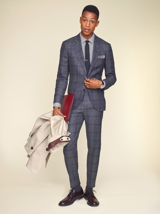 Как и с чем носить: бежевый плащ, серый костюм в шотландскую клетку, бело-темно-синяя классическая рубашка в вертикальную полоску, темно-красные кожаные туфли дерби