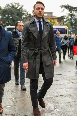 Черный вязаный галстук: с чем носить и как сочетать мужчине: Темно-серый плащ и черный вязаный галстук — прекрасный выбор для выхода в свет. Вкупе с этим образом идеально будут смотреться темно-коричневые замшевые оксфорды.