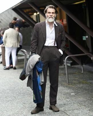 Как одеваться мужчине за 50: Несмотря на то, что это достаточно консервативный образ, тандем темно-синего плаща и темно-коричневого костюма неизменно нравится стильным мужчинам, а также покоряет дамские сердца.