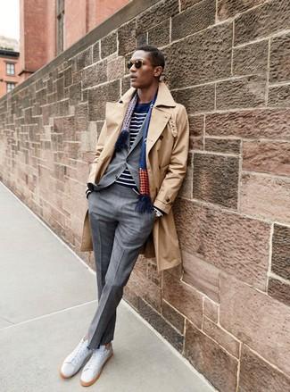 Как и с чем носить: светло-коричневый плащ, серый костюм в клетку, темно-сине-белый свитер с круглым вырезом в горизонтальную полоску, белые кожаные низкие кеды