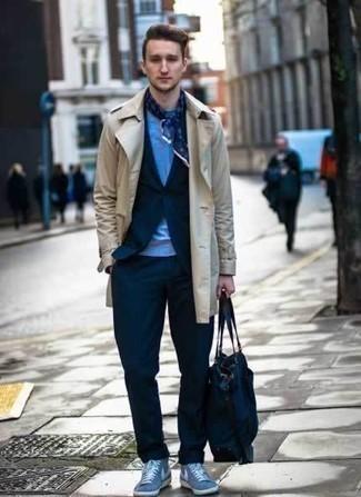Темно-синяя большая сумка из плотной ткани: с чем носить и как сочетать мужчине: Бежевый плащ и темно-синяя большая сумка из плотной ткани — прекрасный лук для веселого выходного дня. Весьма уместно здесь будут выглядеть голубые высокие кеды из плотной ткани.