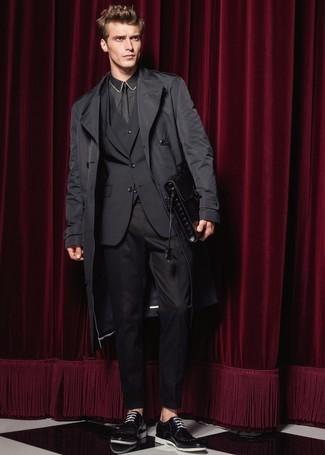 Как и с чем носить: черный плащ, черный костюм-тройка, черная классическая рубашка, черные кожаные туфли дерби