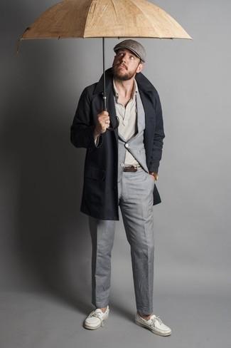С чем носить коричневые кожаные часы мужчине: Если ты ценишь удобство и функциональность, темно-синий плащ и коричневые кожаные часы — замечательный вариант для модного повседневного мужского ансамбля. Любители свежих идей могут завершить ансамбль белыми кожаными топсайдерами, тем самым добавив в него чуточку элегантности.
