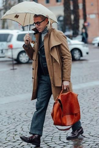 Как и с чем носить: коричневый плащ, черная кожаная косуха, серая водолазка, темно-серые шерстяные классические брюки
