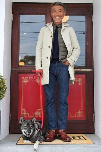 Как и с чем носить: бежевый плащ, оливковая куртка без рукавов, темно-синий свитер с круглым вырезом, темно-синие джинсы