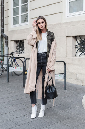 Как и с чем носить: бежевый плащ, оливковая куртка в стиле милитари с камуфляжным принтом, белая футболка с круглым вырезом, черные джинсы скинни