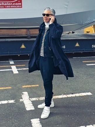 Темно-синяя куртка-рубашка: с чем носить и как сочетать мужчине: В тандеме друг с другом темно-синяя куртка-рубашка и темно-синие спортивные штаны будут выглядеть очень гармонично. Пара белых низких кед из плотной ткани великолепно гармонирует с остальными вещами из образа.