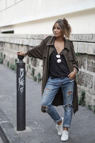 Как и с чем носить: оливковый легкий плащ, черная майка, синие рваные джинсы-бойфренды, белые кожаные низкие кеды
