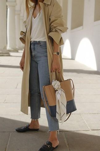 Как и с чем носить: светло-коричневый плащ, белая майка, голубые джинсы, черные кожаные лоферы