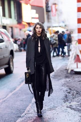 Как и с чем носить: черный легкий плащ, темно-серый пиджак, черная блузка с длинным рукавом, черные кожаные джинсы скинни