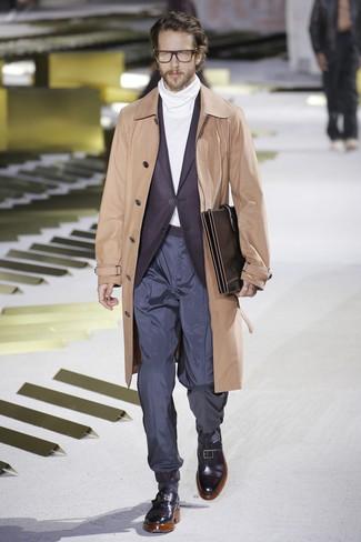 Как и с чем носить: светло-коричневый плащ, темно-пурпурный пиджак, белая водолазка, темно-синие брюки чинос